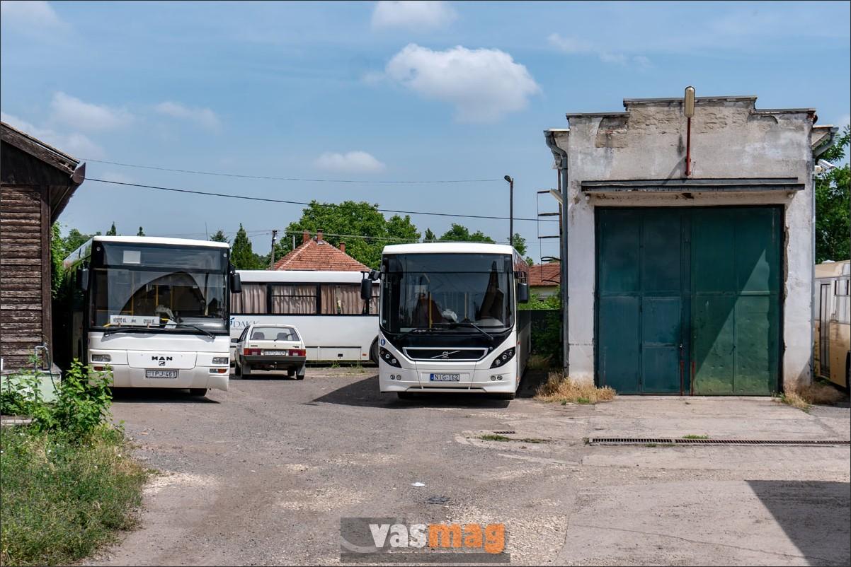 A vésztői buszgarázsnál semmi sem mozdul, a buszmenetrend még ritkásabb, mint a vasúté. A buszsofőr sem tudna a műszak végén hazajutni, de ő ma autóval jött.