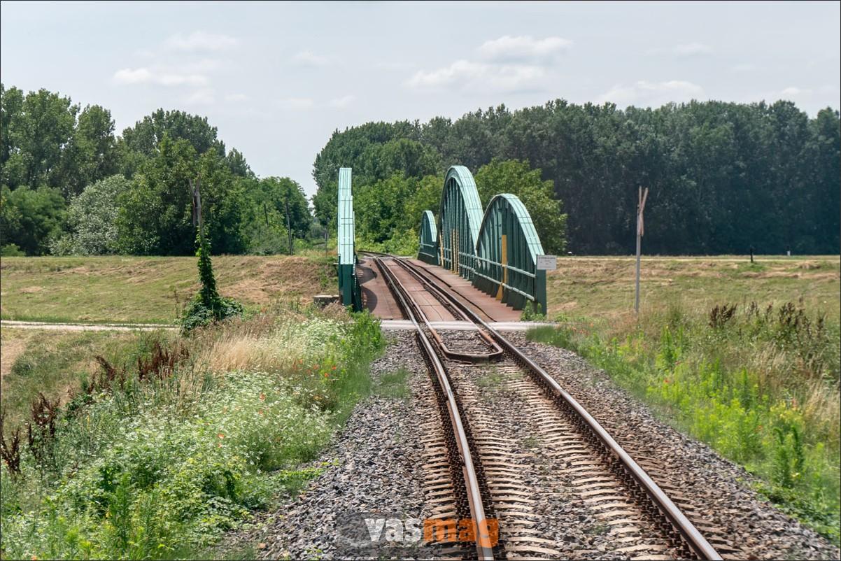 A Fekete- és a Fehér-Körös Sarkad és Gyula között egyesül, a vasút a két folyót két nagy hídon kereztezi.