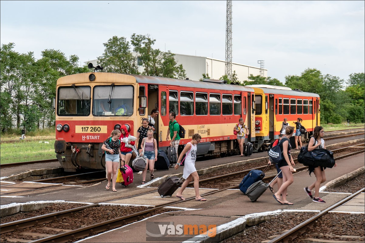 A Gyopárosfürdőn táborozott gyerekek a perontető alatt várják majd a gátéri csatlakozást.