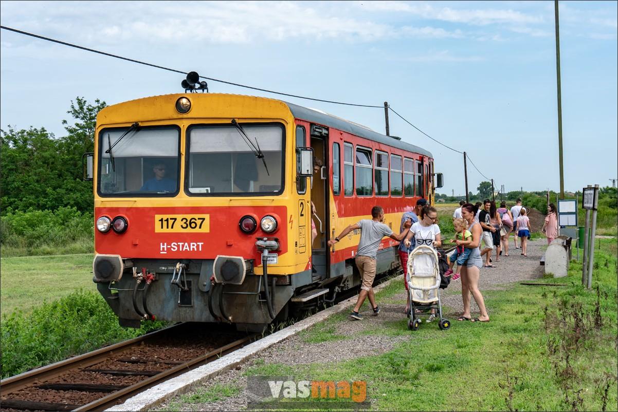 Megérkezett a fürdős vonat, a megállóhelyről jókedvű tömegek indulnak a füzesgyarmati fürdő felé. Így van ez hétvégén, jó időben.