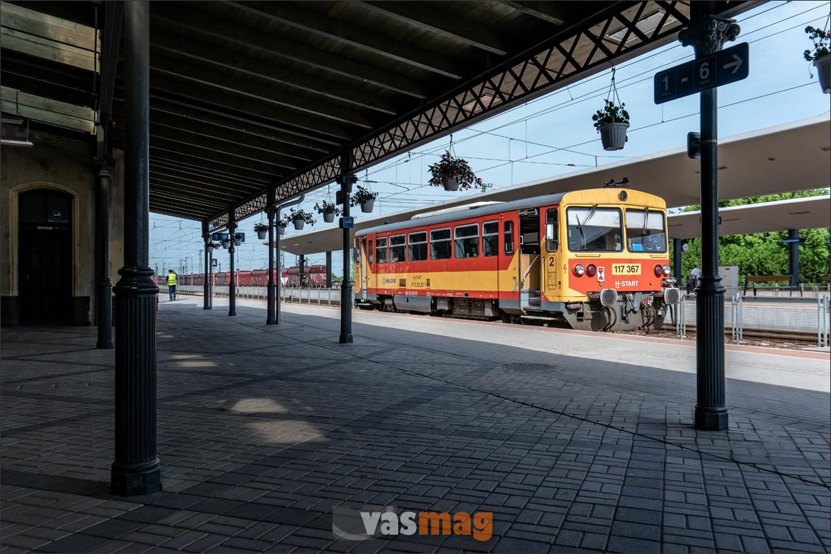 A fővonali átszálláshoz nem túl praktikus, de ha már így épült át az állomás, akkor ennek kell örülni. A szigetperonok mellé érkező InterCity utasok az aluljárón érik el a szeghalmi csatlakozást.