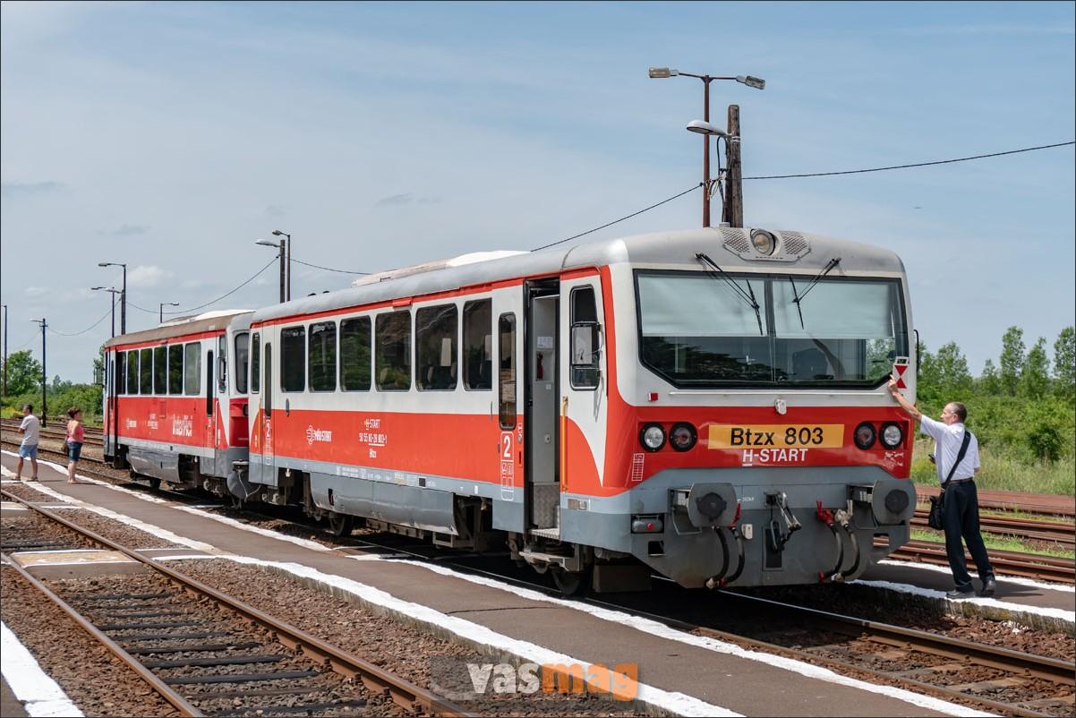 Kötegyán állomáson a motorkocsikkal körbejárni nem kell, de a zártárcsával most is át kell ballagni a vonat másik végére.