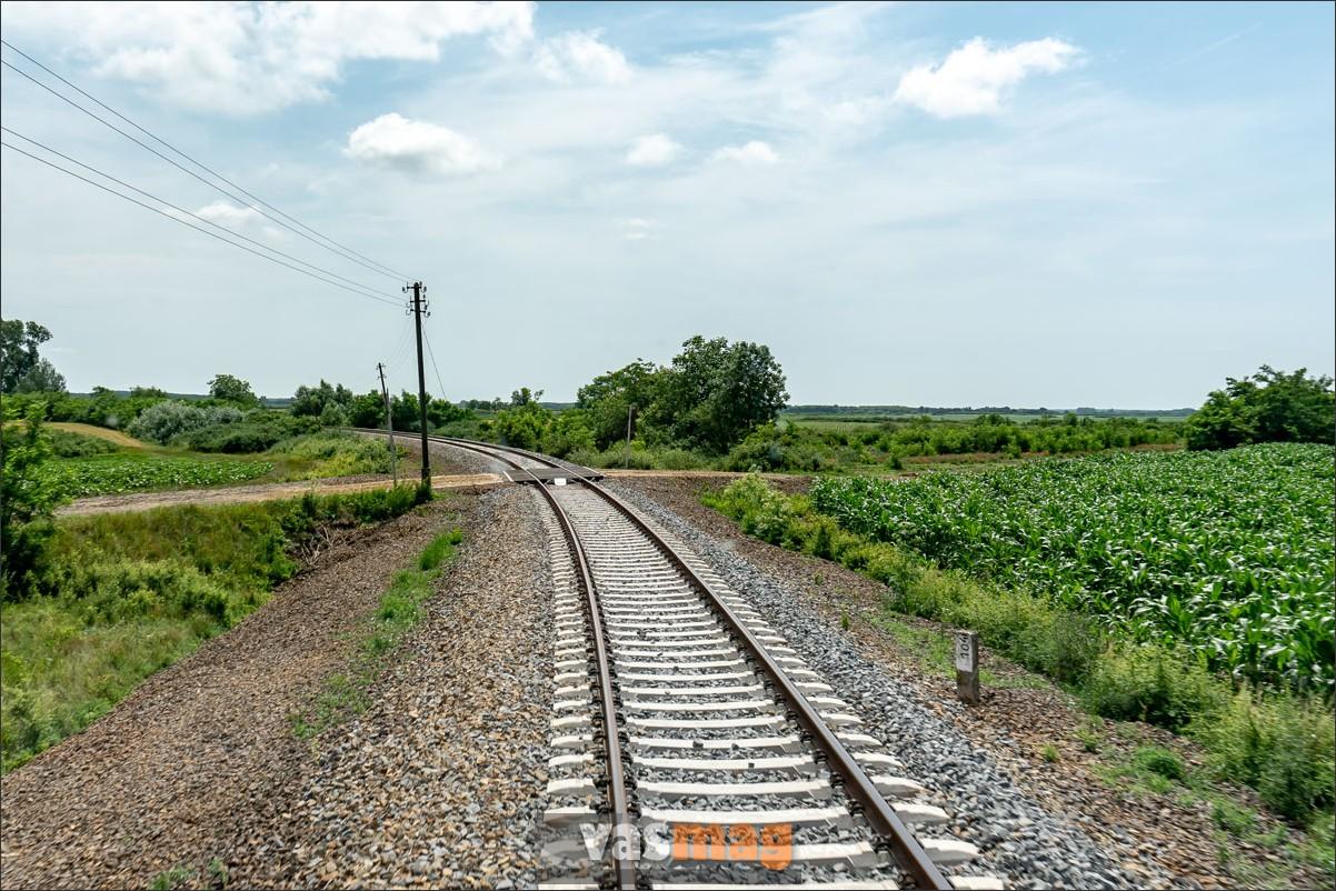 Okány és Sarkadkeresztúr között található ez a pályaív, ahol a sebességkorlátozás ellenére kisiklott a TVG. Az átépítés jól sikerült, most már jöhetne akár a TGV is.
