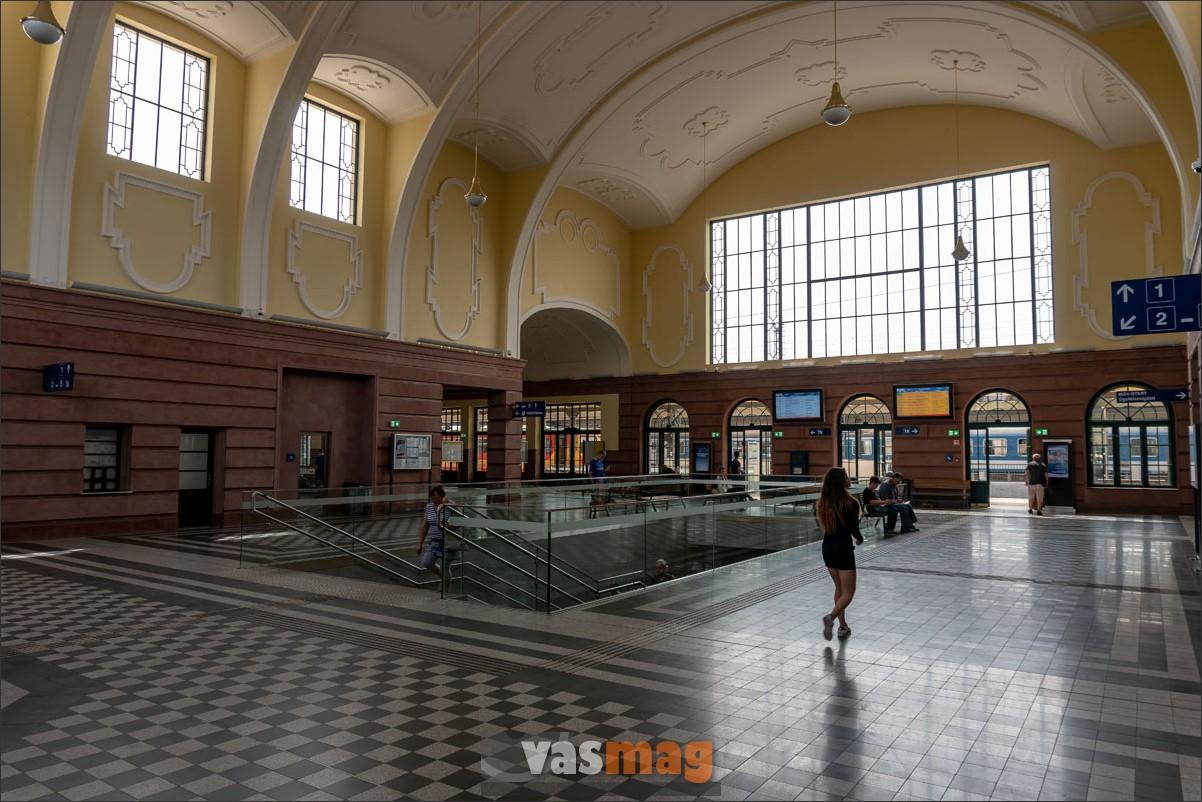 Békéscsabán az utascsarnokból indul a peronaluljáró, tökéletes összhangban az épülettel, az utasok nagy örömére.