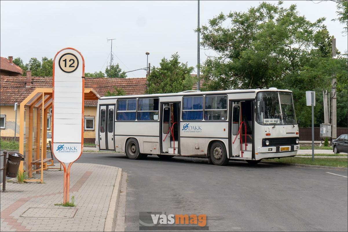 Az egykori Körös Volán sárgából barnára, majd fehérre festett Ikarus 260-asa Tótkomlósra indul. Az indulásjelző táblák maradtak színesek és formatervezettek.