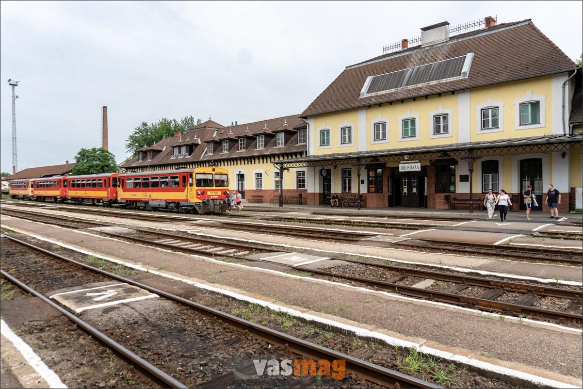Négy-öt vonat is gyakran indul egyszerre Orosházáról, de most Mezőtúr felé csak vonatpótló busszal lehet eljutni. A szegedi vonat a csatlakozás miatt így is vár néhány percet.