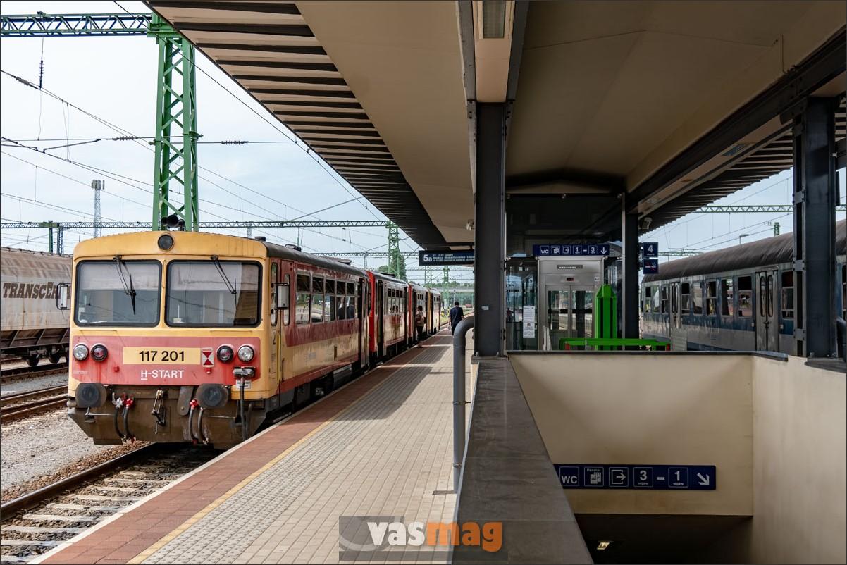 Hiába, hogy a fővonalat keresztező, egykori Alföld-Fiumei Vasút ugyancsak fővonal volt, egyre sűrűbben kényszerülnek itt is mellékvonali járművekkel közlekedni. A Bz-kocsikkal Szeged felé indulunk.