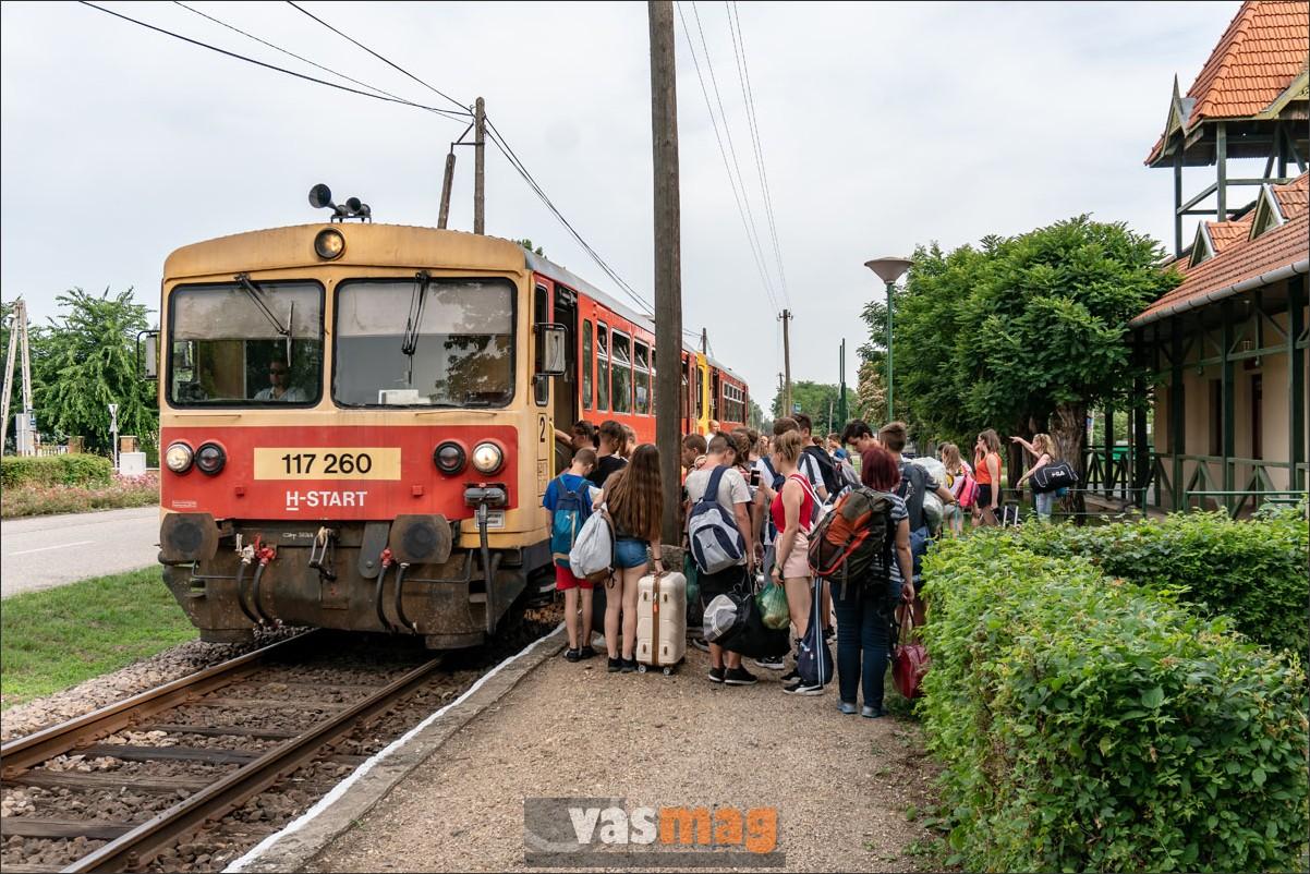 Szentes és Orosháza között a minimumot nyújtja a vasút, az utasokat mégsem sikerült teljesen elriasztani. Sőt, vannak olyan tanárok, aki az utazási statisztikák jobbítására egész osztályokat ültetnek vonatra. A gyerekek a gyopárosi fürdőzés után Gátérre utaznak.