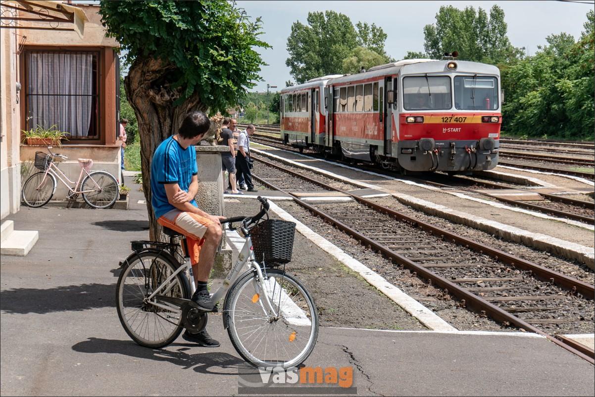 A Vésztőről Békéscsabára közlekedő személyvonat Sarkadon vár a szembejövő személyvonatra. Egy helybéli biciklis szintén.