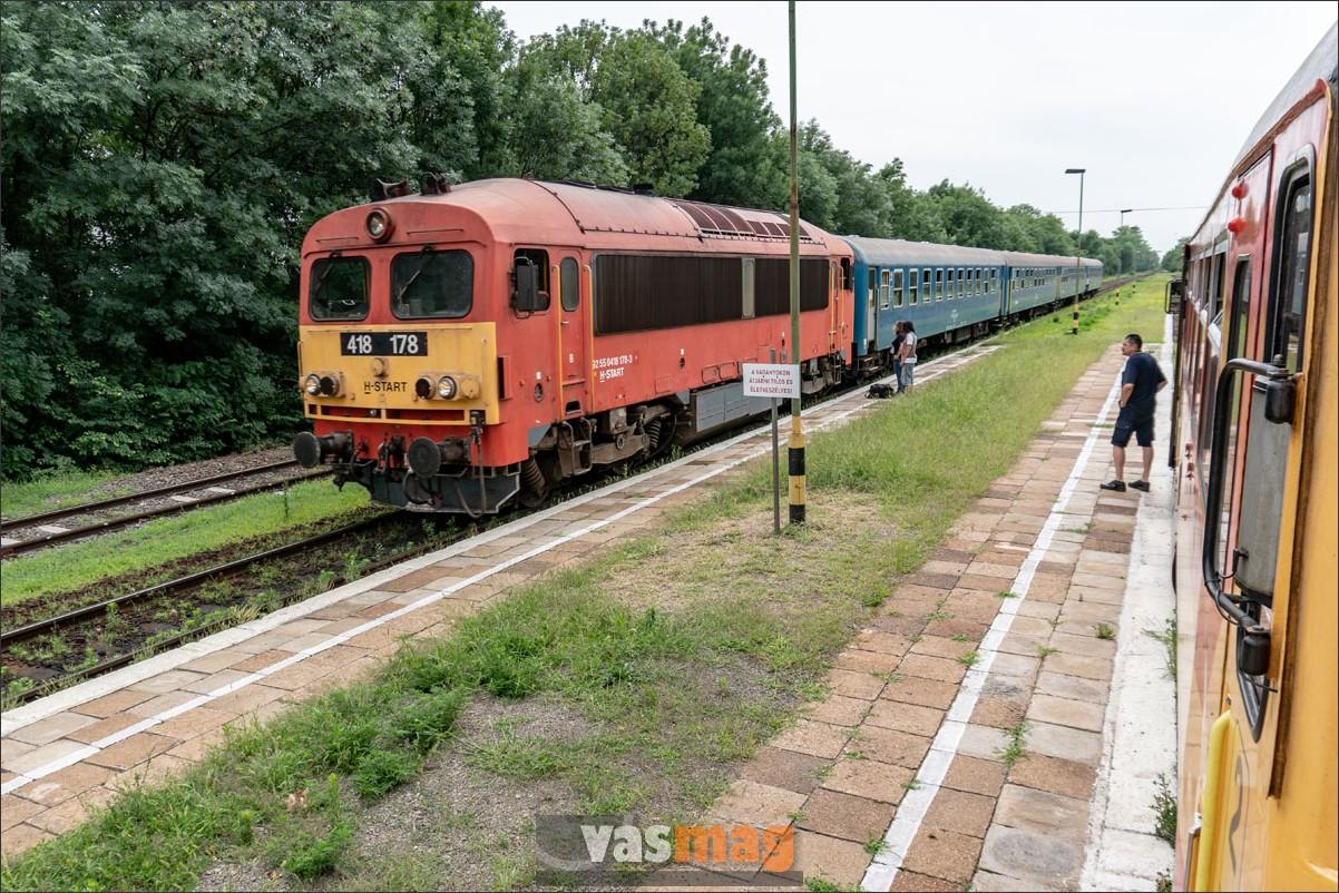 A Bz-kígyó félreállt, Hódmezővásárhely felől mozdonyos vonat érkezett.