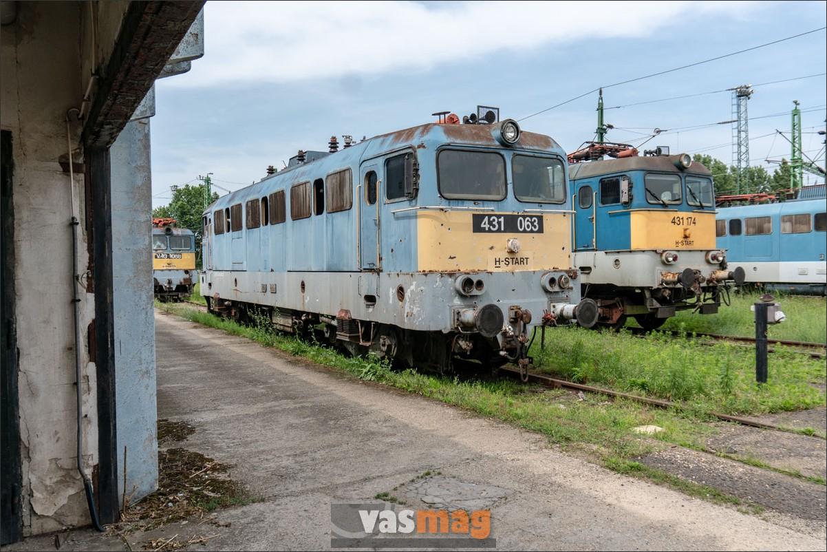 A hátsó mozdony tényleg magasabb, oka a forgóváz körül keresendő. Az előtérben lévő mozdony talán már csak a selejtezésre vár.