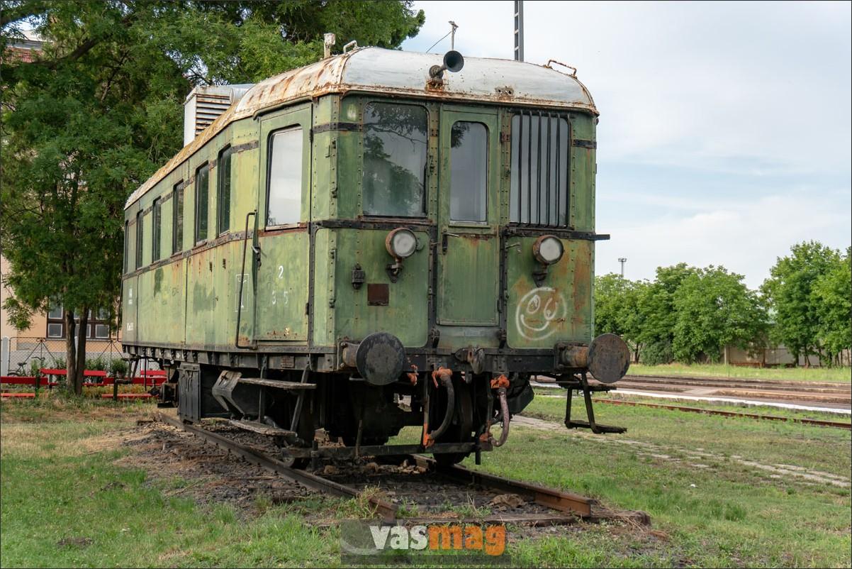 Még mindig jobban jártál, mint a Panni motorkocsi a Vasúttörténeti Parkból. Ezt a kis firkát gyorsan lemoshatná valaki.