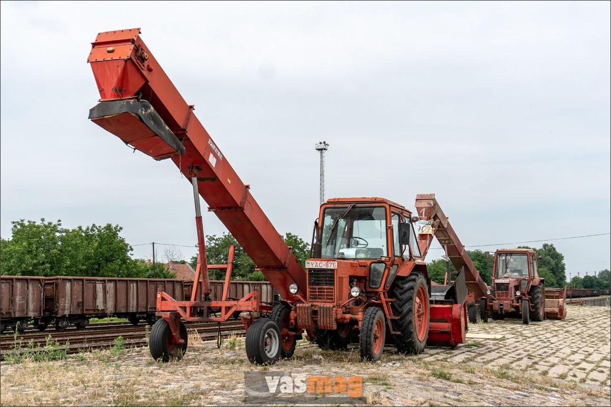 Mintha csak a Vörös Hadsereg elfogott katonái lennének, a Belorusz traktorok magasra lendített szállítószalaggal köszöntik az érkező elöljárót.